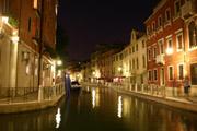 ヴェネツィアの運河の夜景