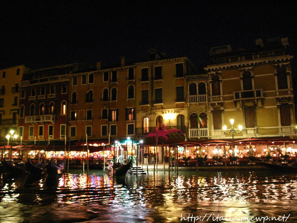運河沿いのレストラン