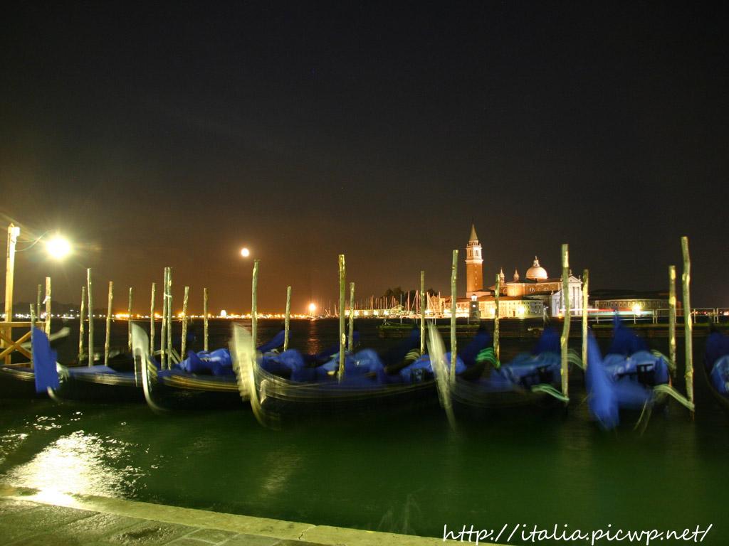 夜の海とゴンドラ
