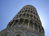 逆光の斜塔