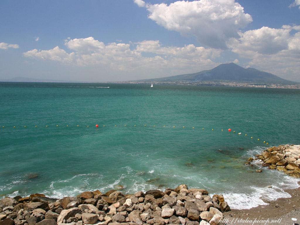 ヴェスーヴィオ火山と海