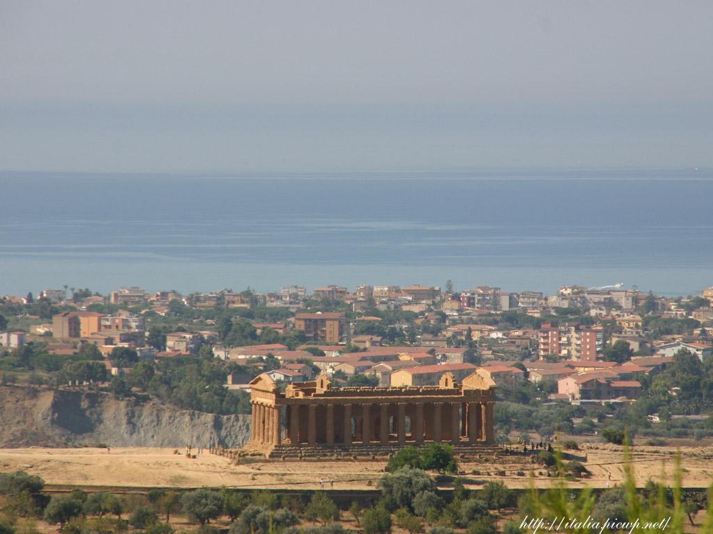 アグリジェントの神殿の遠景