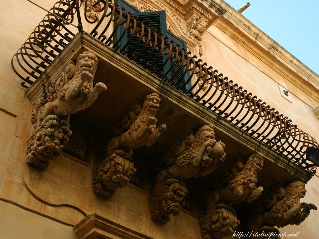 ニコラーチ通りのバロック彫刻