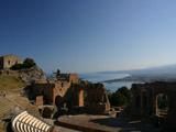 ギリシア劇場と海